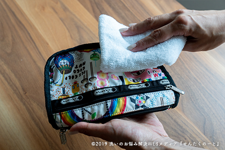 濡らしたタオルで軽く拭く